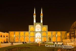 Amir Chakhmâgh Mosque at night