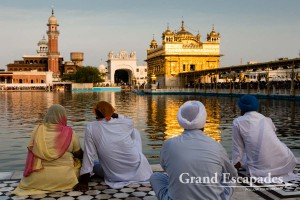 """Sikh Pilgrims in front of the Harmandir Sahib (Punjabi: ਹਰਿਮੰਦਰ ਸਾਹਿਬ) or Darbar Sahib, also referred to as the """"Golden Temple"""", a prominent Sikh Gurdwara or Sikh temple, Amritsar, Punjab, India"""