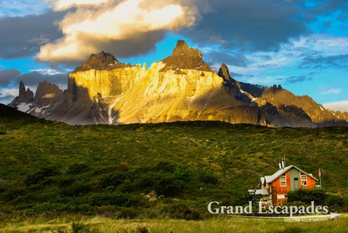 """Trekking the """"W"""" in Torres del Paine, Patagonia, Chile - Sunset over Los Cuernos del Paine - Chile, Puerto Natales, Nationalpark Torres del Paine - Sonnenuntergang über Los Cuernos del Paine"""