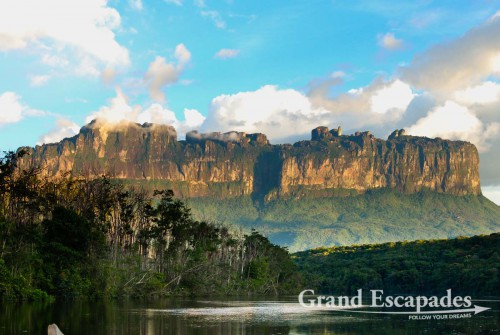 View of the biggest Tepui in terms of extention: Auyantepui, which has a surface of more than 760 square kilometers ... - Canaima, Venezuela